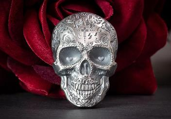 2018 Day Of The Dead Antique Silver Skull Shaped Coin Reverse Lifestyle2